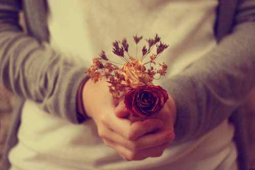 kahve falinda elinde cicek olan adam gormek - Elinde Çiçek Olan Adam